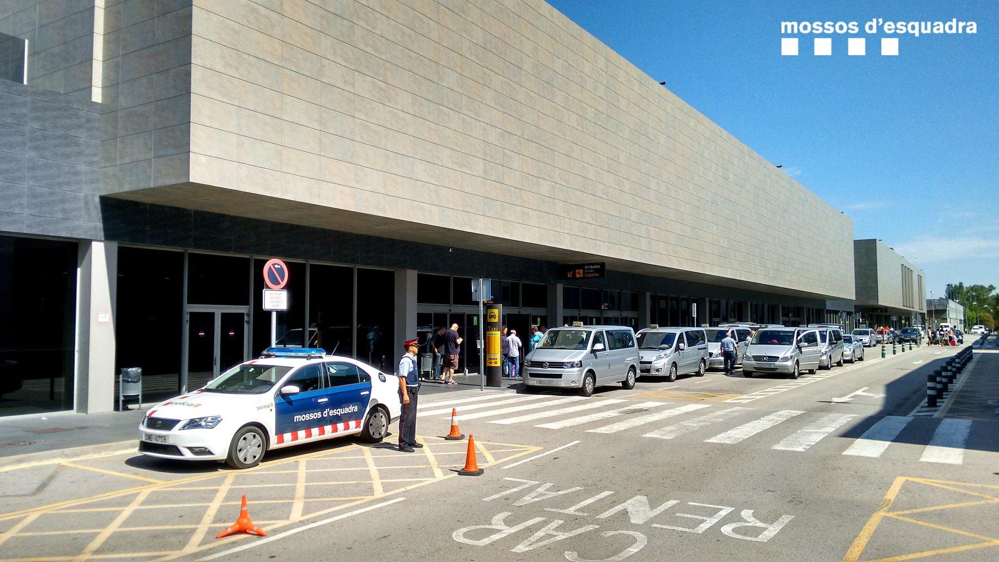 Вход в жиронский аэропорт