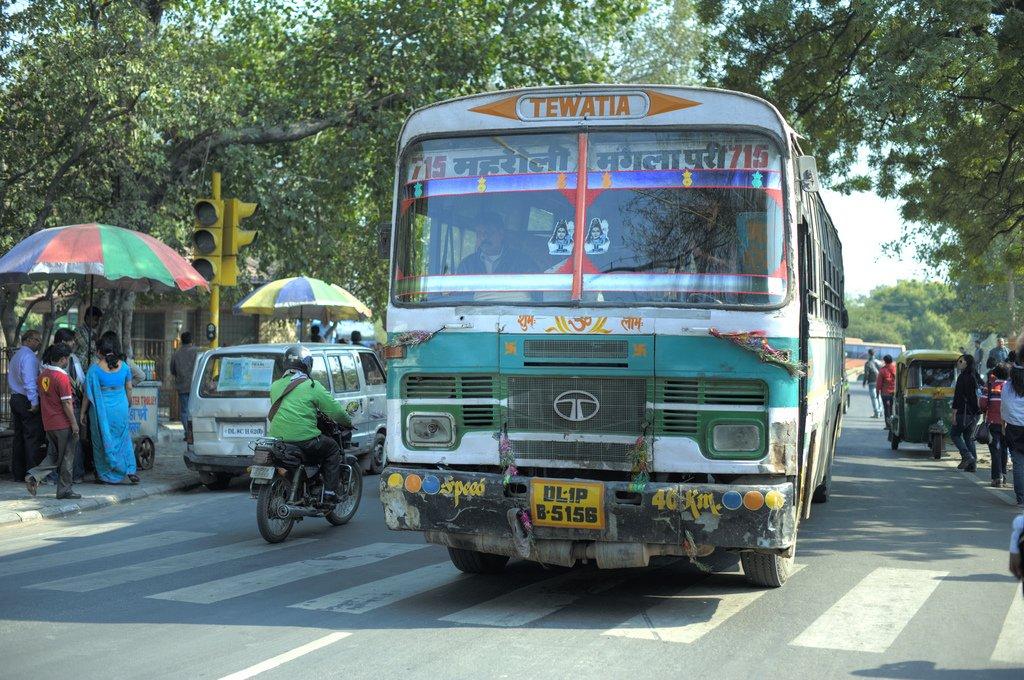 Автобус на улице Дели