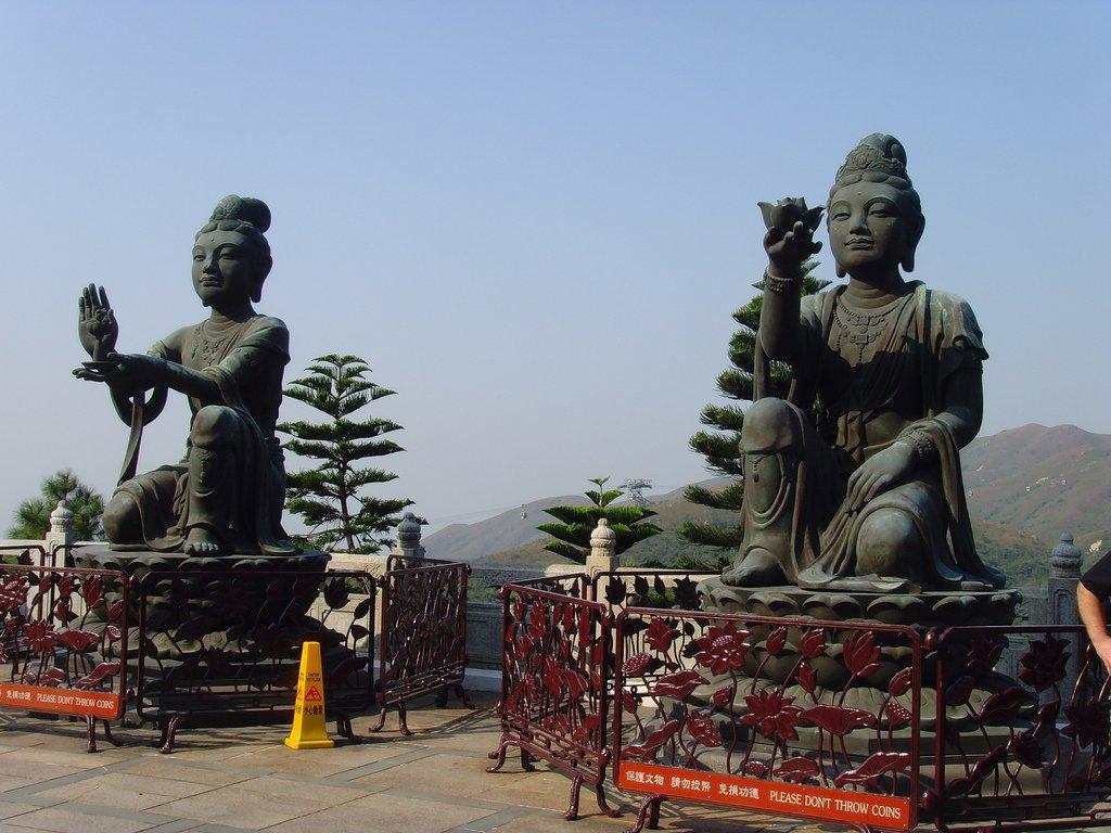 Статуи с подношениями