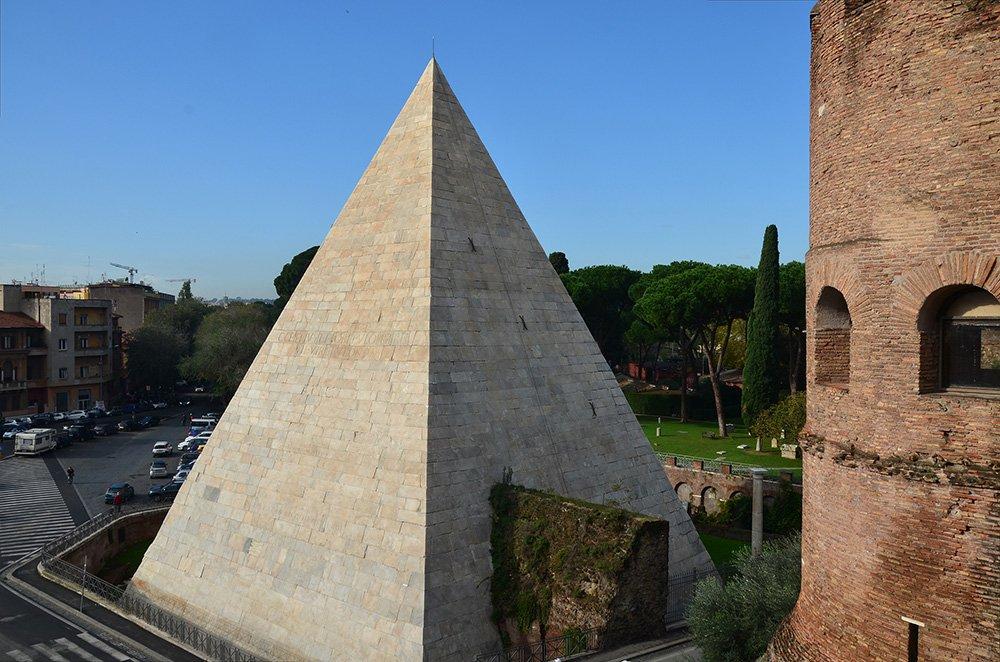 Задняя часть пирамиды