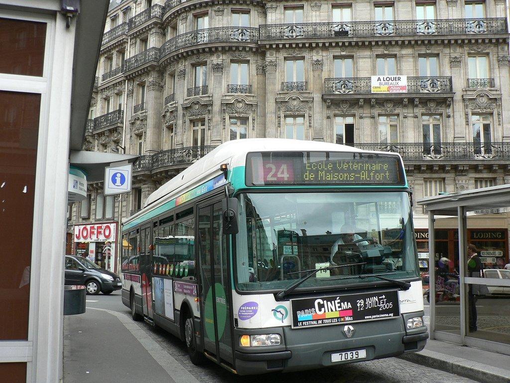 Автобус до Лувра