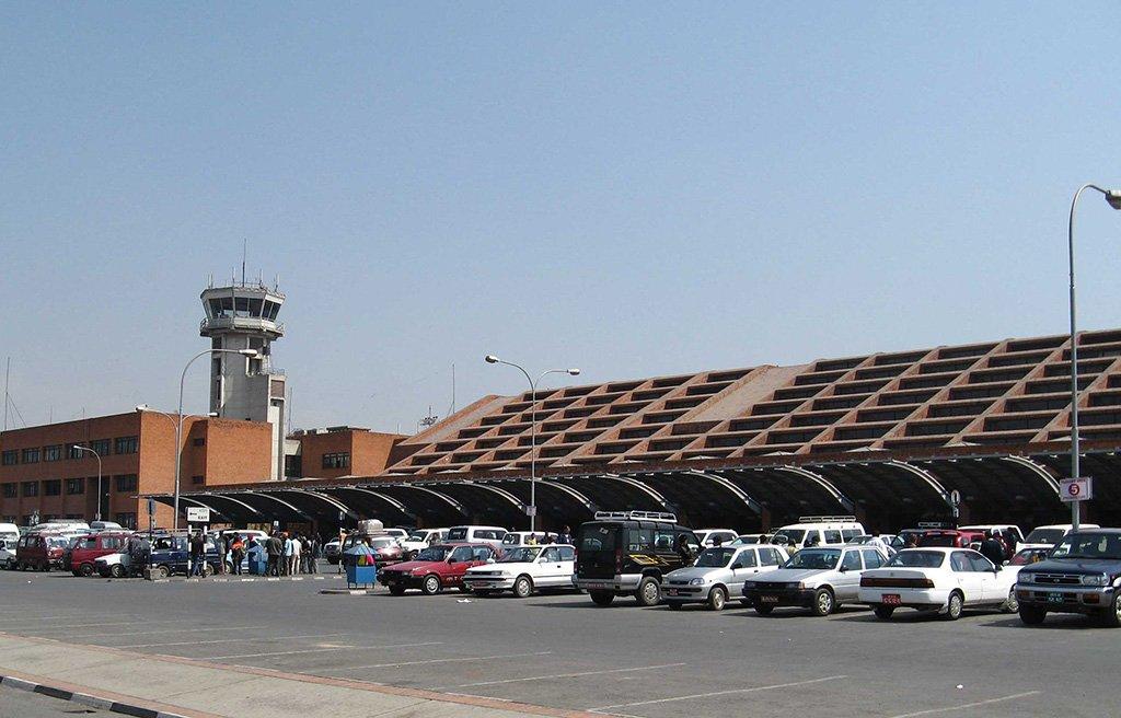 Автомобили у аэропорта