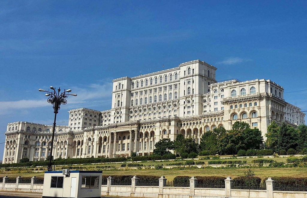 Вид дворца сбоку
