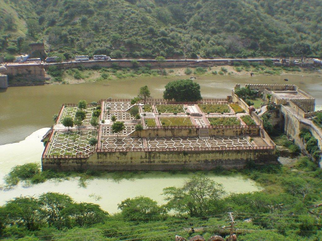 Сад Даларамы и озеро