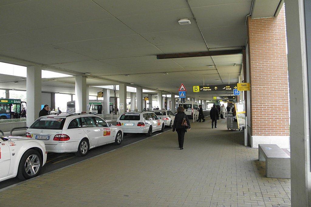 Такси у аэропорта