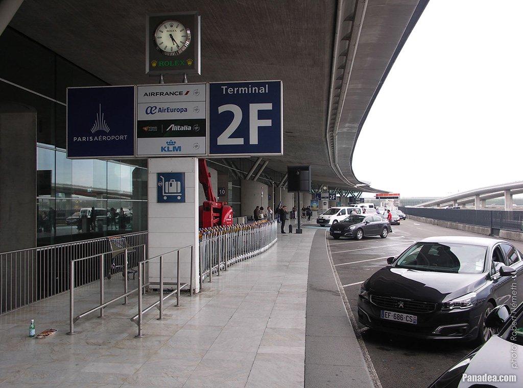 Автомобили у терминала