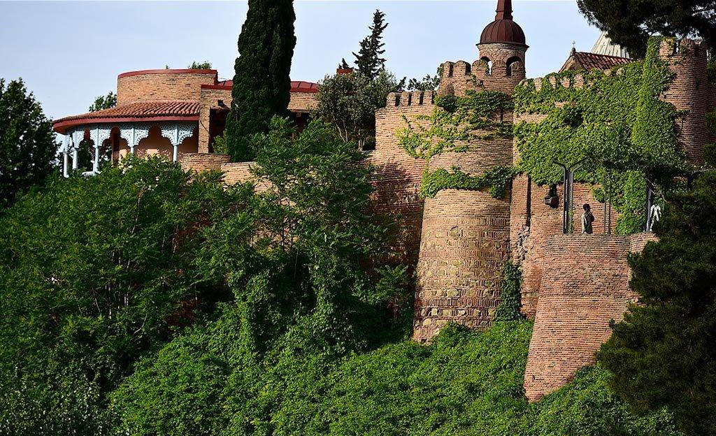 Дворец и монастырь
