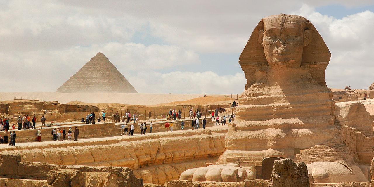 Сфинкс и пирамиды